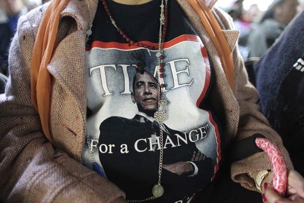 Vilma Mendez usa camisa em apoio a Obama em um encontro de ativistas negros e latinos em Gardena, na Califórnia, nesta segunda-feira (21) (Foto: Reuters)