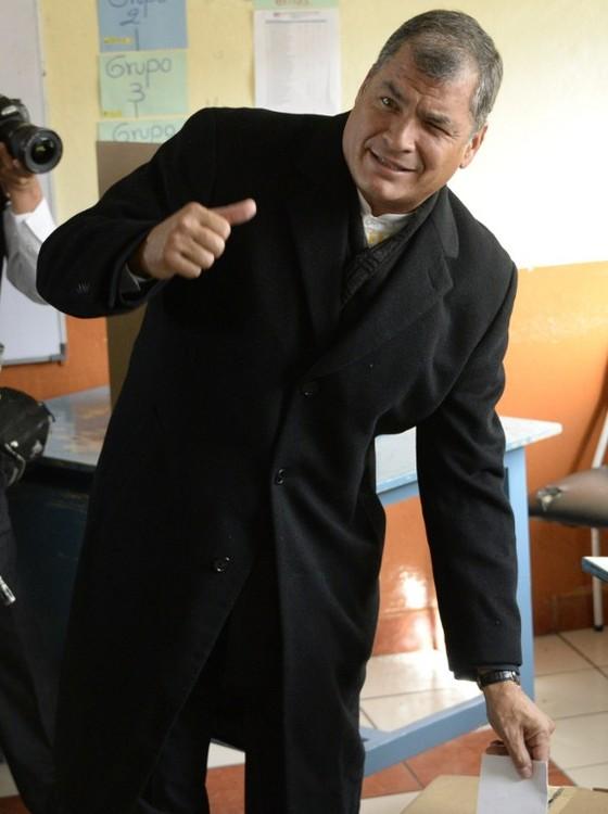O presidente do Equador, Rafael Correa, vota no segundo turno das eleições presidenciais no domingo (2). O candidato governista, Lenín Moreno, aparece em vantagem nas pesquisas. (Foto: CAMILA BUENDIA / AFP)