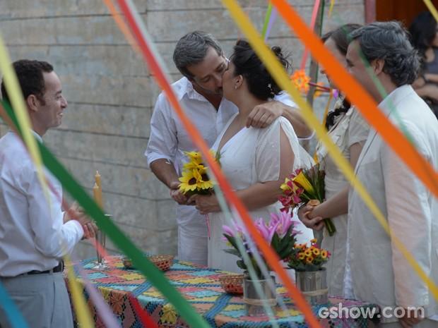 Enfim, casados! Rita dá um beijo em seu 'carioca' (Foto: Raphael Dias/TV Globo)