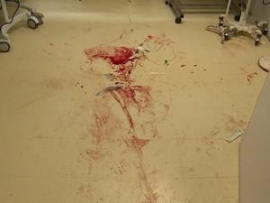 sangue tiroteio vila cruzeiro (Foto: Reprodução/RBS TV)