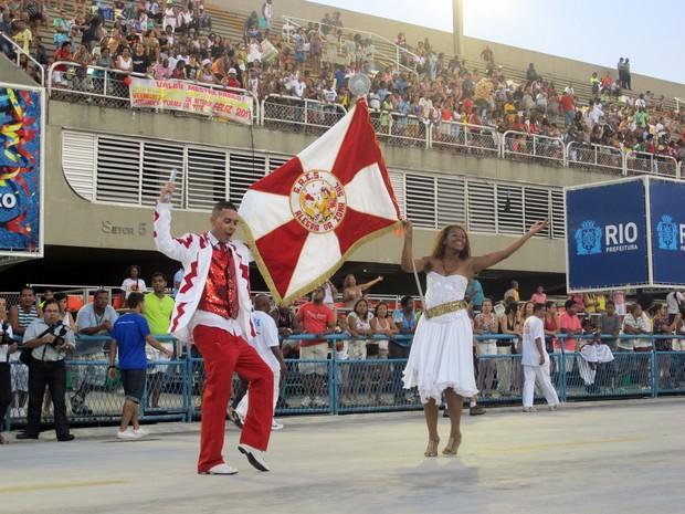 O mestre-sala Fabio Júnior e a porta bandeira Andréia Neves, que ensaiaram à frente da bateria da escola de samba Alegria da Zona Sul (Foto: Gabriel Barreira/G1)