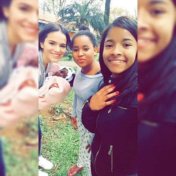 Bruna Marquezine com crianças refugiadas no Brasil (Foto: Reprodução / Instagram)