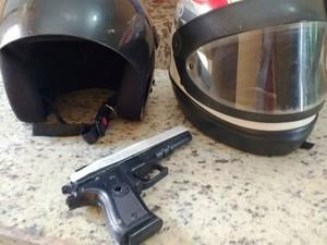 Arma e capacetes encontrados com o assaltante (Foto: Michelly Oda/G1)