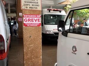 Cartaz avisa da greve dos trabalhadores da Unicamp no Hospital de Clínicas (Foto: Fernando Pacífico/G1)