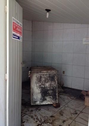 Área onde lixo estava armazenado foi interditada pelos fiscais (Foto: Micaelle Morais/G1)