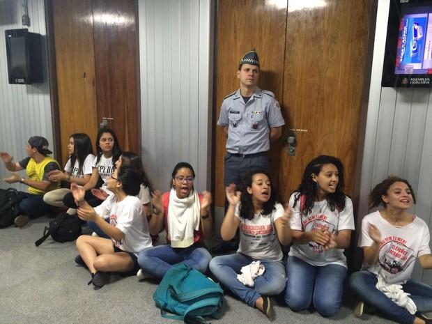 Estudantes que não conseguiram entrar na sessão da CPI da Merenda tentam obstruir a porta (Foto: Paula Paiva Paulo/G1)
