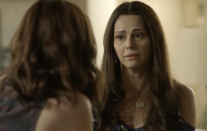 Edith quer saber se Júlia está namorando Gui (Foto: TV Globo)
