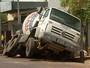 Asfalto cede e caminhão carregado com concreto é engolido em Ribeirão