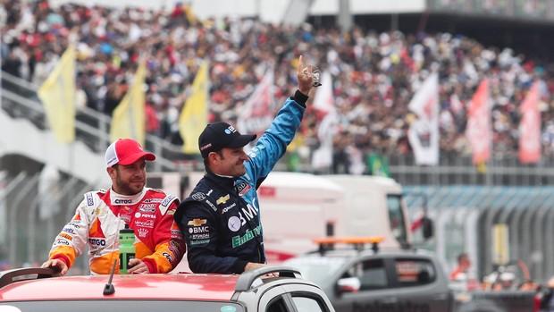 Indy - Ernesto Viso e Rubens Barrichello no desfile dos pilotos em São Paulo (Foto: Guilherme Lara Campos / FotoArena)
