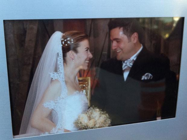 Imagem do álbum de casamento do casal (Foto: Letícia Macedo/G1)