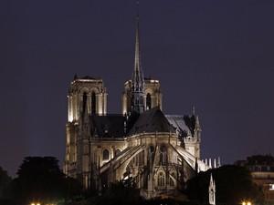 A Catedral de Notre-Dame completou 850 anos no último mês de fevereiro. Ela fica na Île de la Cité, uma pequena ilha no centro de Paris, rodeada pelas águas do rio Sena. (Foto: Benoit Tessier/Reuters)