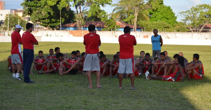 Jogadores e comissão técnica do Auto Esporte fazem greve no treinamento, mas entrama em campo contra o Campinense (Foto: Amauri Aquino / GloboEsporte.com/pb)