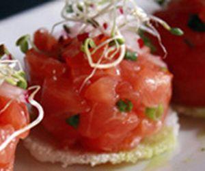 Biju de tapioca com tartar de salmão. Anote a receita