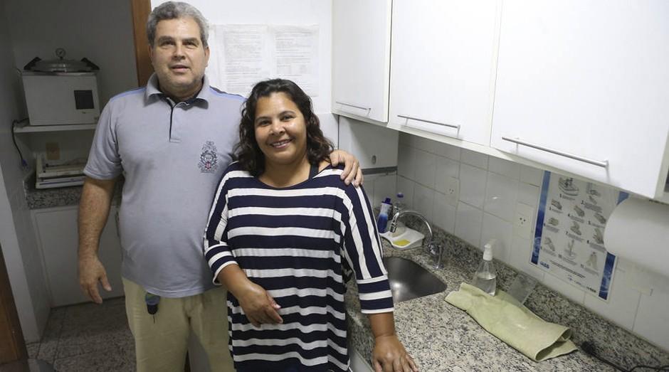 Contrato antigo. O dentista Weler Morais e a empregada doméstica Neurailde Araújo: carteira assinada há mais de dez anos (Foto: Estadão Conteúdo)