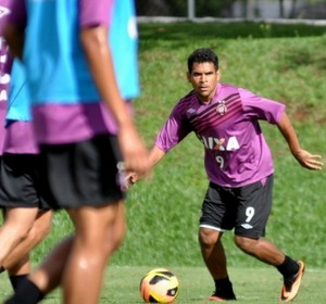 Ederson, atacante do Atlético-PR, no treino (Foto: Site oficial do Atlético-PR/Divulgação)