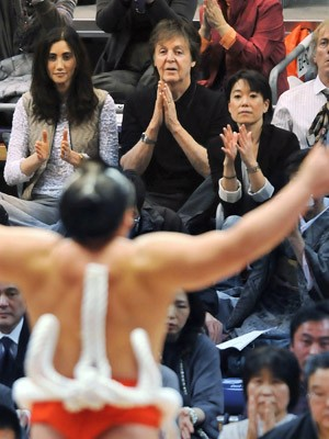 Paul McCartney assiste à luta de sumô em  Fukuoka, no Japão (Foto: AFP PHOTO/JIJI PRESS JAPAN OUT)