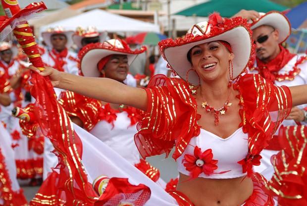 Grupo de dança colombiana na Gran Marcha, desfile do Domingo de Carnaval em Willemstad (Foto: © Haroldo Castro/ÉPOCA)