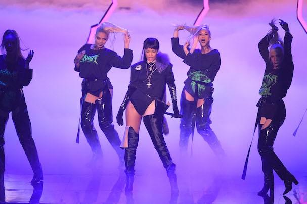 Rihanna em apresentação no VMA 2016 (Foto: Getty Images)