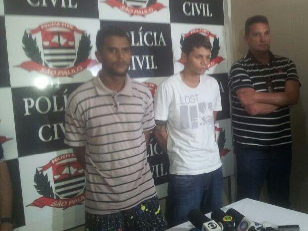 Carlos Alex (à esquerda) foi capturado pela polícia de Guarujá, SP (Foto: Rodrigo Martins / G1)