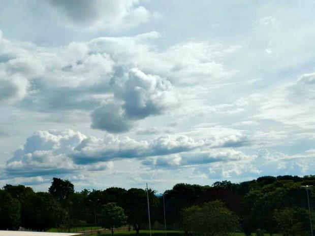 Céu carregado de nuvens, apesar de calor intenso em Campo Grande (Foto: Helder Rafael/ Globoesporte.com)