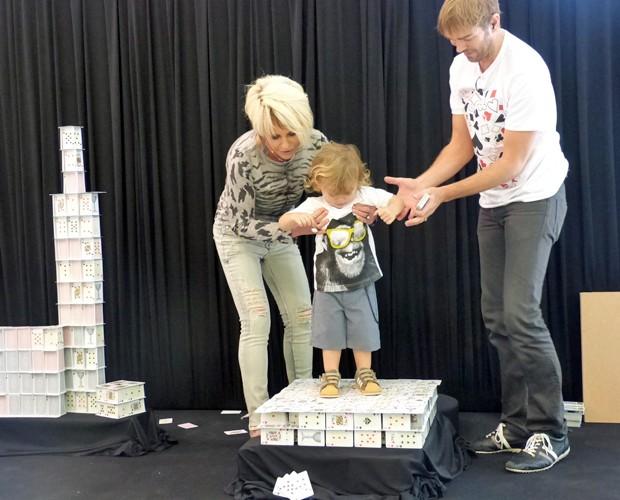 Ana Maria coloca o neto Bento em cima das cartas empilhadas (Foto: Mais Você/TV Globo)