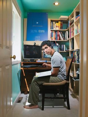 """IDEIA NOVA Khan em foto de 2010, no espaço em que cria seus vídeos interativos. """"Se apenas eu falo  e você apenas escuta, não é educação"""" (Foto: Robyn Twomey/Corbis Outline)"""