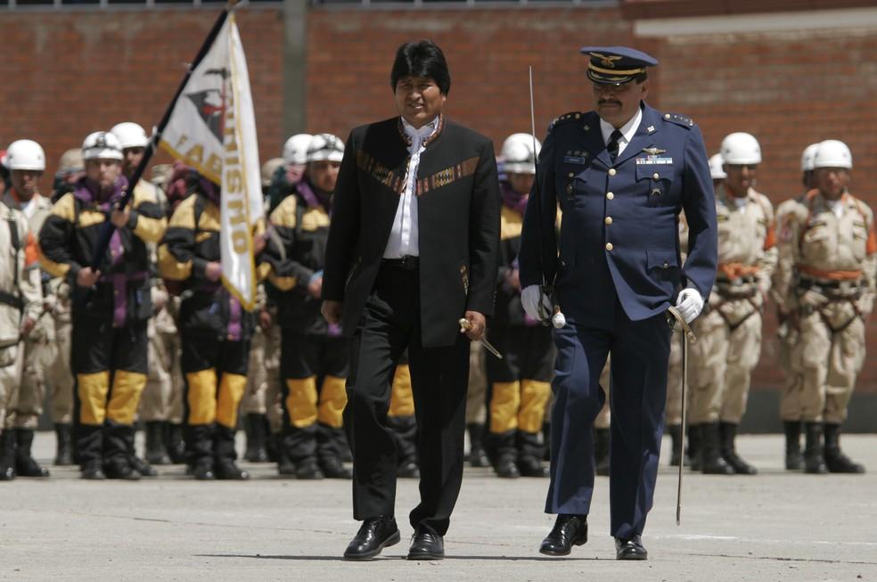 Imagem de arquivo, de 2007, mostra Gustavo Vargas Gamboa (direita) com o presidente Evo Morales (Foto: Juan Karita/AP)