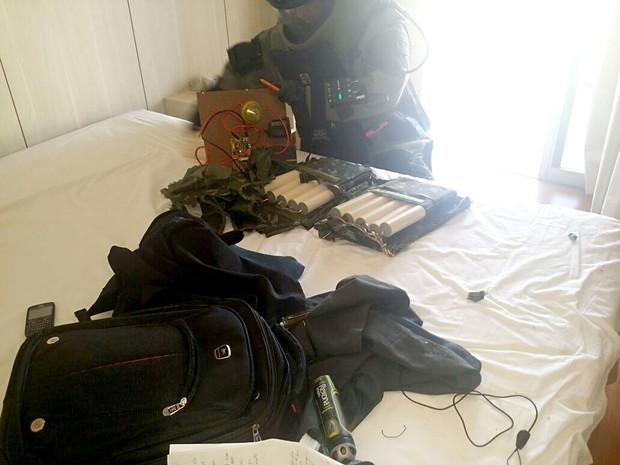 Policial manuseia supostos explosivosde autor de sequestro em hotel do DF (Foto: Polícia Civil/Divulgação)