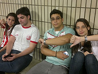 Grupo de amigos que se perdeu para chegar à Arena PE (Foto: Luna Markman / G1)