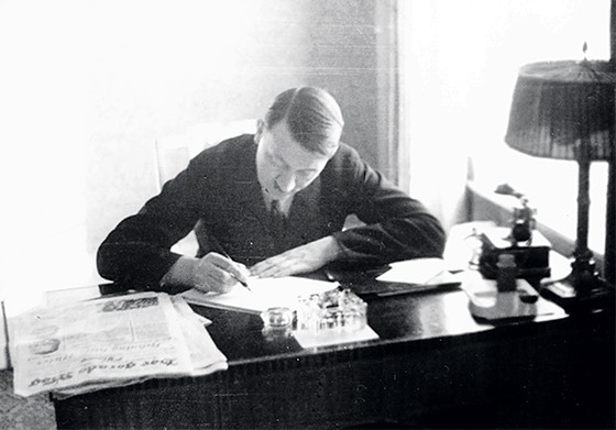 Hitler escrevendo sua obra Minha Luta  (Foto: ullstein bild)
