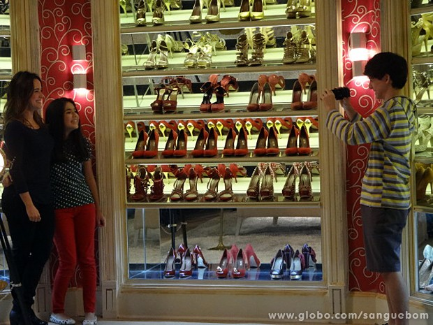 Malu, Dorothy e Kevin gravam vídeo no closet de Amora (Foto: Sangue Bom/TV Globo)
