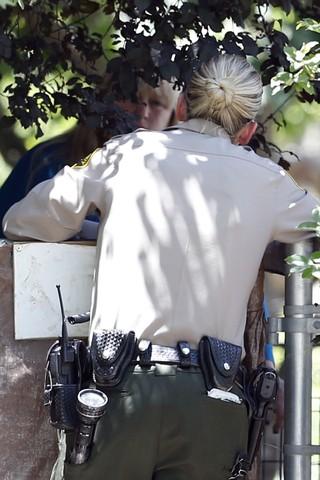 Policial fala com Debbie Rowe, mãe de Paris Jackson (Foto: Splash News)