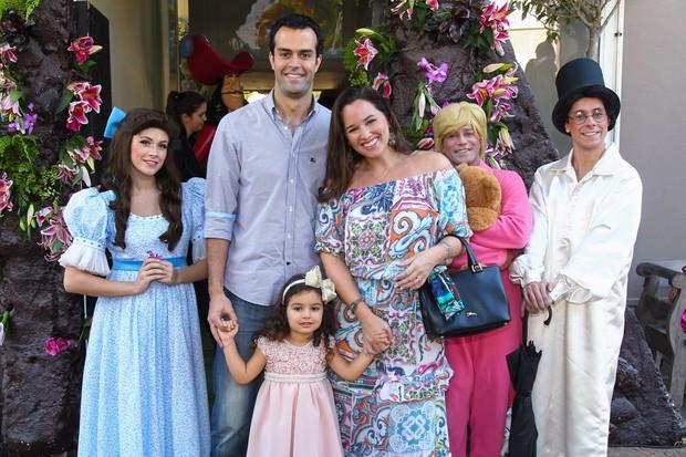 Mariana Belém com a filha, Laura, e o marido (Foto: Manuela Scarpa/Photo Rio News)