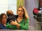 Rodrigão e Adriana Sant'Anna passeiam com o filho em shopping