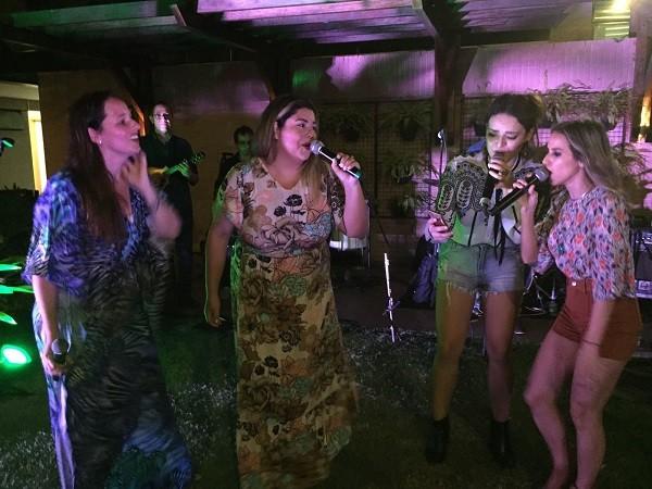 """Fabiana Karla (ao centro) também soltou o gogó na música """"Nuvem de lágrimas"""" (Foto: Bruno Astuto)"""