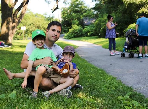 O pai e os dois filhos retratados pelo blog (Foto: Reprodução/ Facebook)