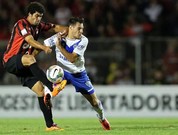 Bruno Mendes e Leandro Desabato,  Atlético-PR x Velez Sarsfield (Foto: AFP)