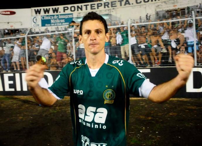 Fumagalli vai até a torcida comemorar gol de empate no dérbi (Foto: Marcos Ribolli / Globoesporte.com)