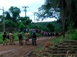 Conflito entre funcionários e sem-terras ocorreu por volta das 17h (Foto: Divulgação/Araupel)