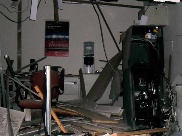 Caixas eletrônicos são explodidos em Ibipitanga (Foto: Imagens/TV Santa Cruz)