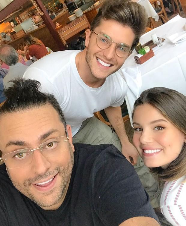 O chef João Marcelo Coelho, responsável pelo menu da festa, com Klebber Toledo e Camila Queiroz (Foto: Divulgação)