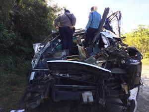 Peritos fazem análise do ônibus envolvido acidente que deixou 18 mortos em Bertioga (Foto: Solange Freitas/TV Tribuna)