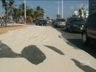 Força dos ventos acumula areia em calçadão da orla marítima de São Luís