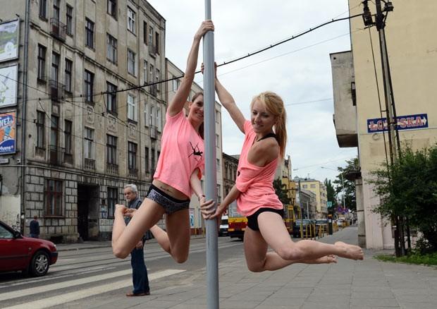 Polonesas usam postes de trânsito para demonstração de pole dance (Foto: Janek Skarzynski/AFP)