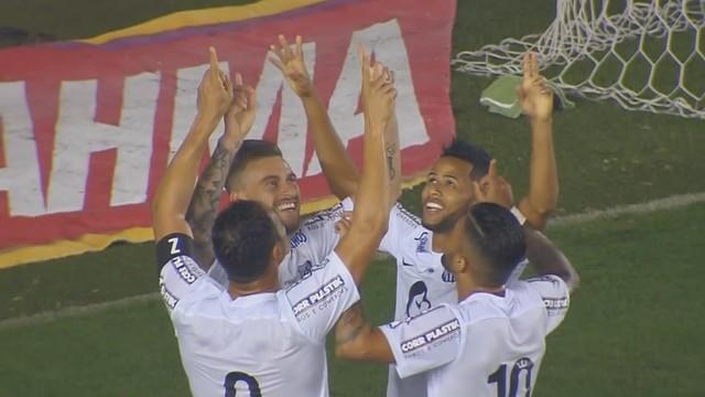Jogadores do Santos comemoram gol contra o Coritiba (Foto: Reprodução/GE)