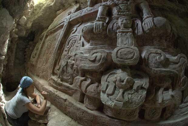 Arqueóloga Anya Shetler limpa uma inscrição na parte de baixo do alto relevo desocberto em Homul, na Guatemala. (Foto: AP Photo/Proyecto Arqueologico Holmul, Francisco Estrada-Belli)