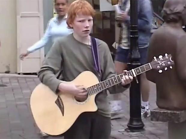 Ed Sheeran tocou nas ruas de Londres antes da fama (Foto: Reprodução)