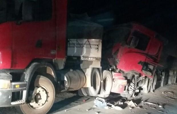 Quatro caminhões se envolveram no acidente, em Goiás (Foto: Divulgação/PRF)