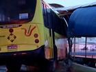 Ônibus invade calçada em viaduto e deixa feridos em Volta Redonda, RJ