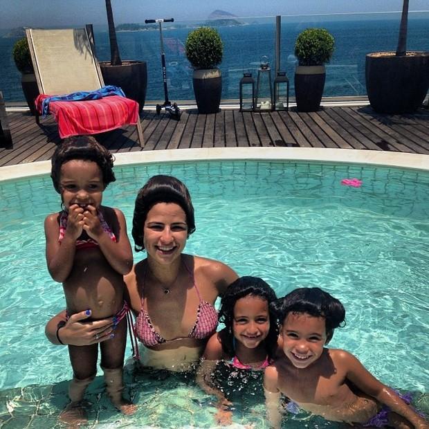 Paula Morais com as filhas de Ronaldo (Foto: Instagram / Reprodução)